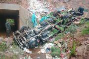 Tarija: Camión se embarrancó 50 metros en Cañadas y el chófer murió